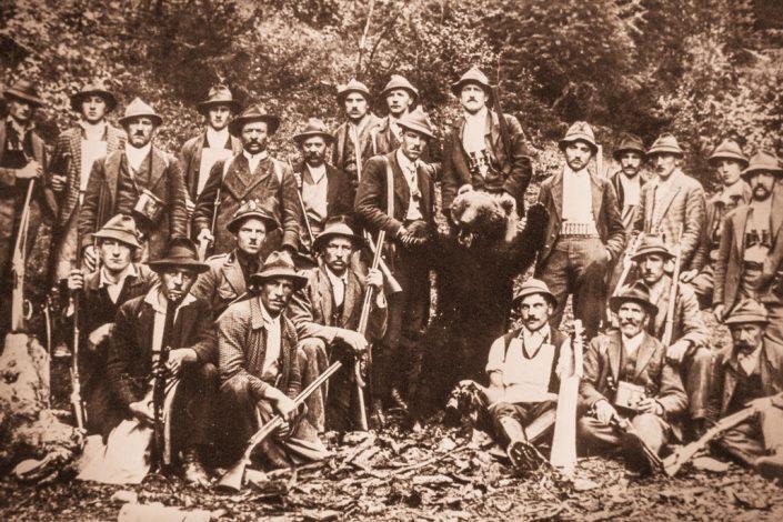 Nikolaus Zöschg (Großvater von Fritz Trafoier, links vom Bär stehend) bei der Erlegung des vorletzten Bären im Ultental
