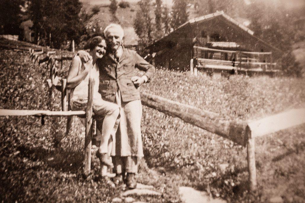 """Johann Egger, Ziehvater von Franz Trafoier, bei der """"Lahnmühle"""" (ca. 1925)"""